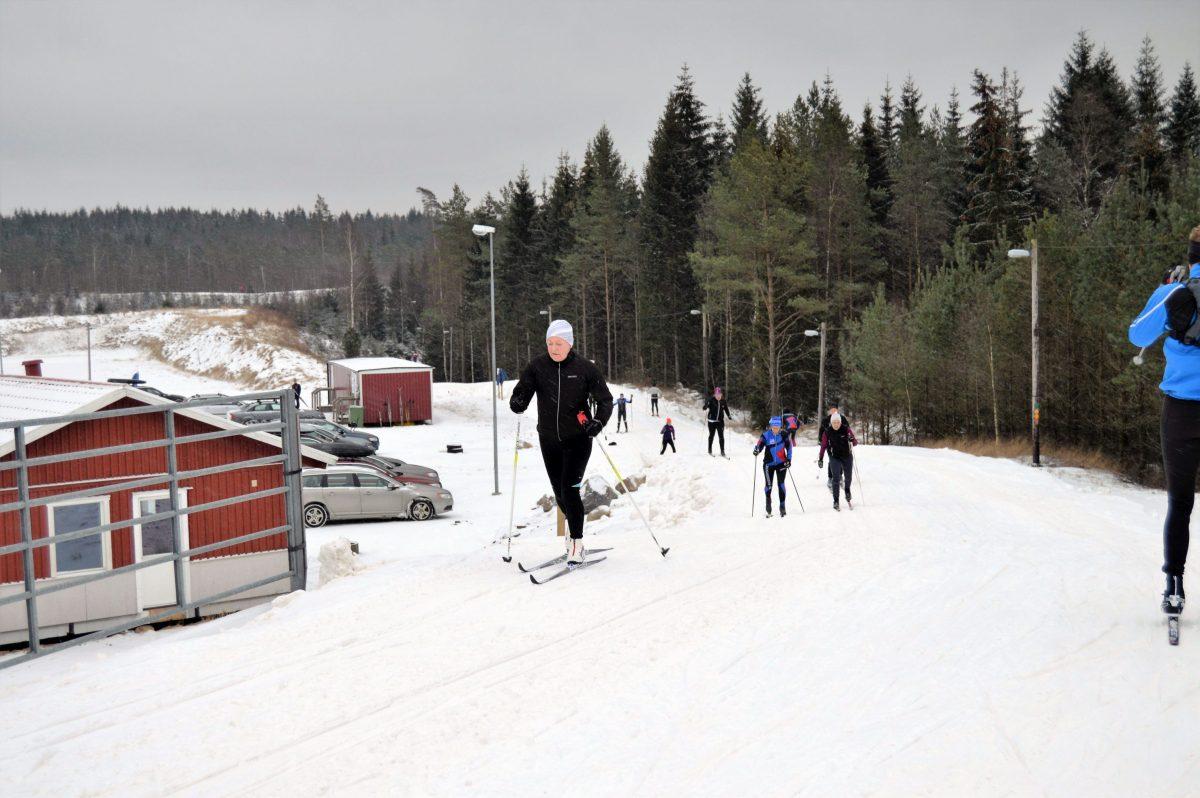 Kvinna åker skidor på Ätrans Skidcenter